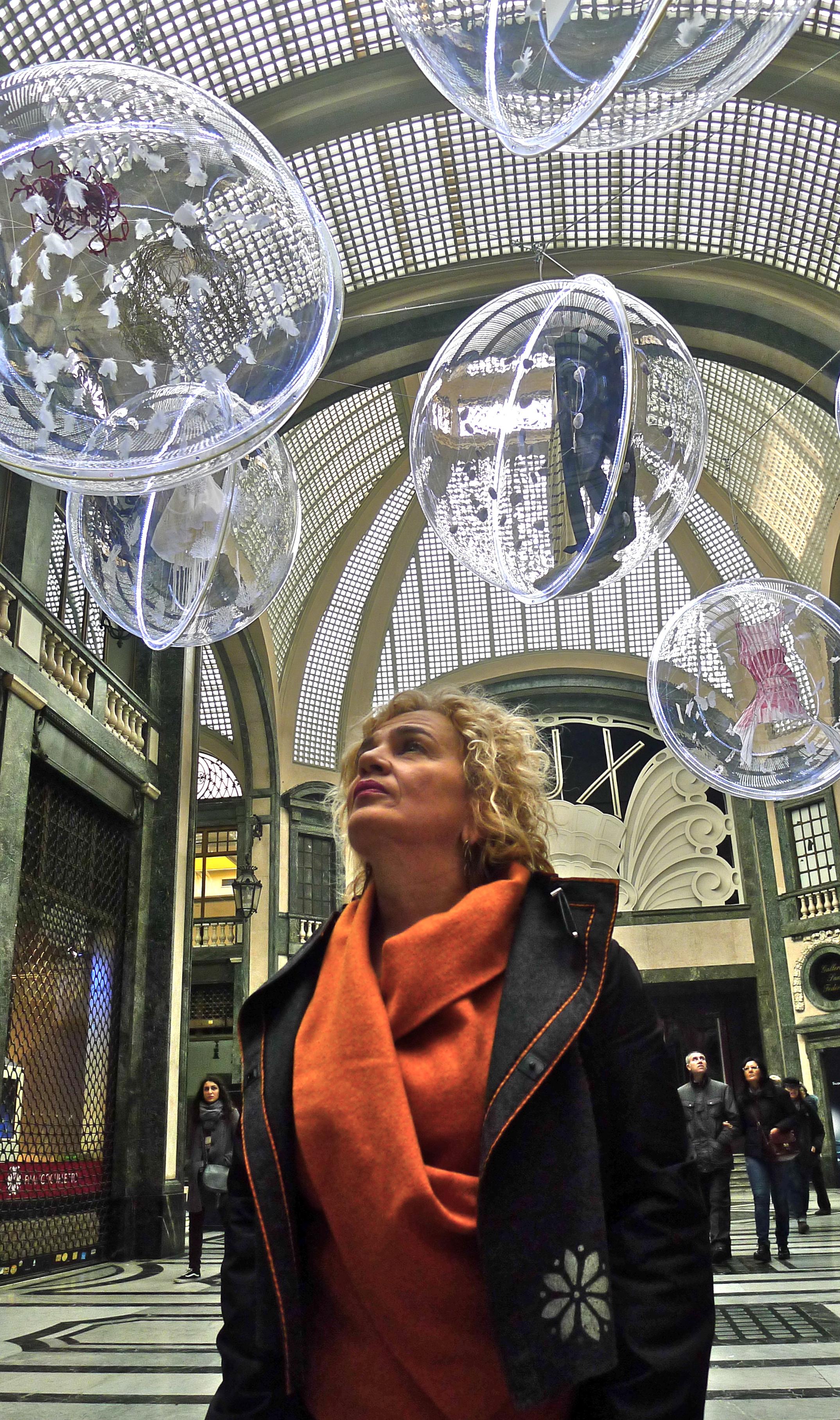 Instalación con bolas gigantes de plexiglas Marisa Coppiano Torino