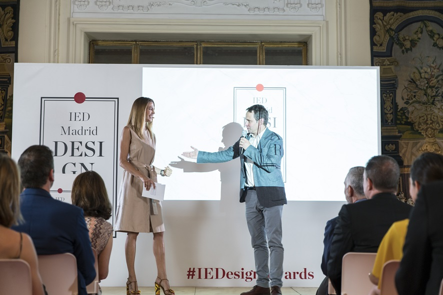 La presentadora Laura Sanchez y el Director de IED Madrid, Dario Assante IEDesignAwards 2017
