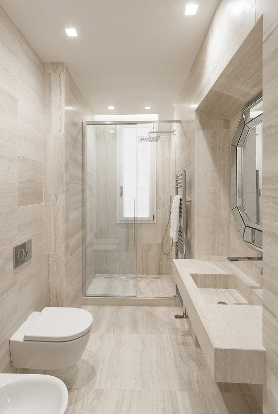 Pierattelli Architettura un Apartamento con vistas al PonteVecchio de Florencia foto Iuri Niccolai. Baño travertino