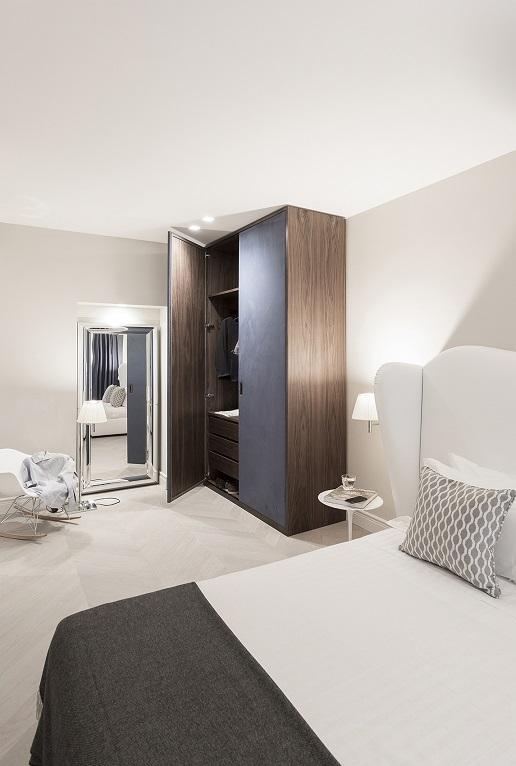 Pierattelli Architettura un Apartamento con vistas al PonteVecchio de Florencia foto Iuri Niccolai. Firenze . Cabecero tapizado. Armario azul