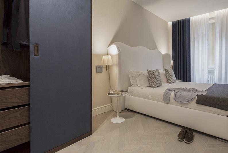 Pierattelli Architettura un Apartamento con vistas al PonteVecchio de Florencia foto Iuri Niccolai. Firenze . Cabecero tapizado