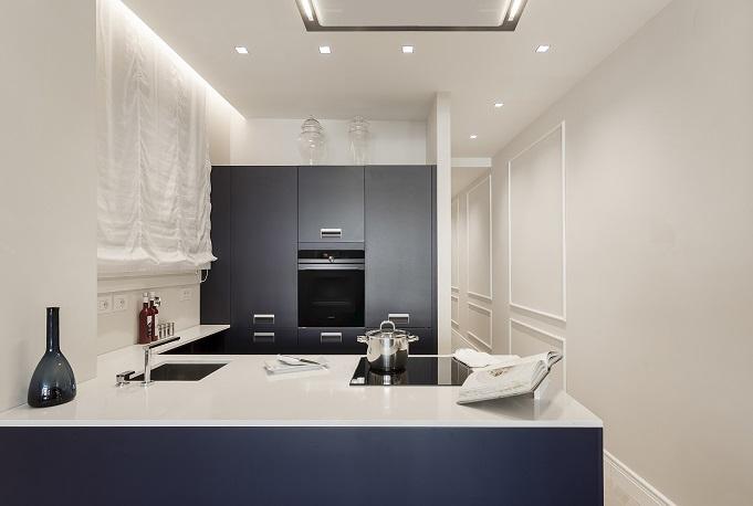 Pierattelli Architettura un Apartamento con vistas al PonteVecchio de Florencia foto Iuri Niccolai. Firenze . Cocina Arc Linea azul