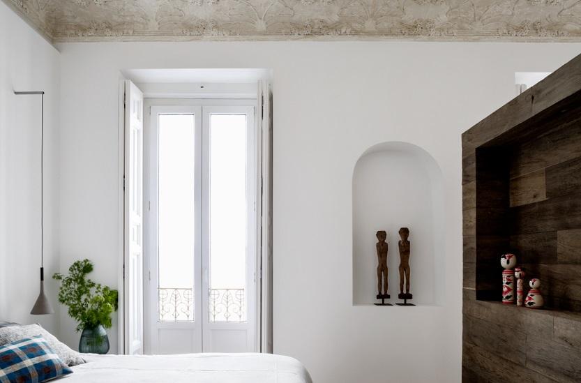 REFORMA EN ALMAGRO DE ABATON Y BATAVIA detalle molduras dormitorio y separador madera