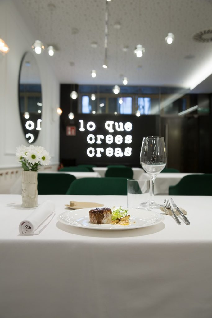 Restaurante en Logroño Juan Carlos Ferrando. Diseño interior . Mural luminoso Seletti