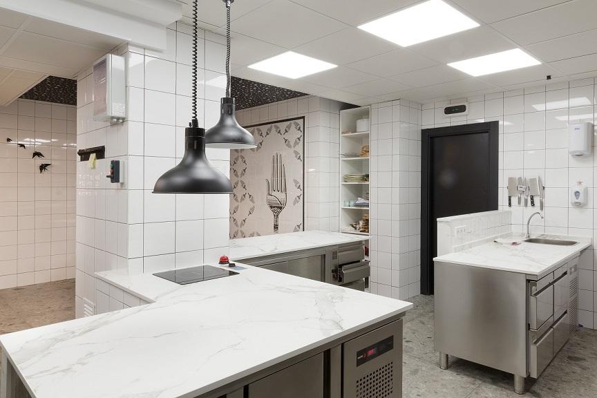 Restaurante en Logroño Juan Carlos Ferrando. Diseño interior cocina. Mural de cerámica