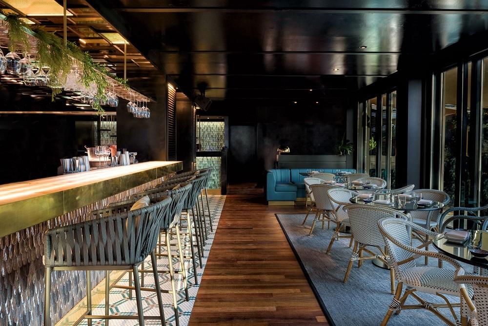 Restaurante Zela en Ibiza Interiorismo Studio Gronda barra cerámica esmaltada plumas Foto: ©Jose Salto