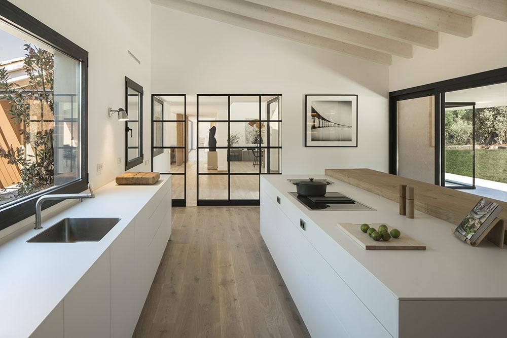 Concepto diseño Slow decoracion. Diseño cocina SUSANNA COTS OXYGEN SLOW DESIGN . Carpinteria metálica negra, puertas correderas metal negro