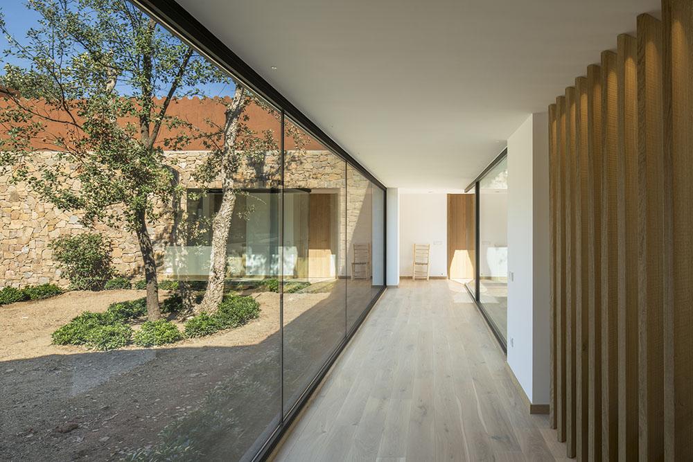 Concepto diseño Slow decoracion. SUSANNA COTS OXYGEN SLOW DESIGN . Slow Life. Celosía en madera y apertura de vidrio al jardín.