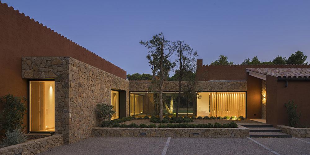 SUSANNA COTS OXYGEN SLOW DESIGN . Vista jardín exterior Casa en el Empordá. Concepto diseño Slow decoracion. Fachada de piedra