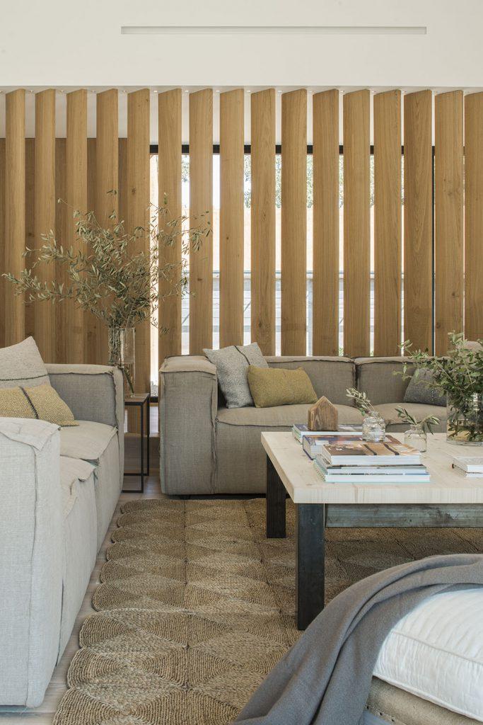 Concepto diseño Slow decoracion. SUSANNA COTS OXYGEN SLOW DESIGN . Celosía de madera , sofás de Dareels, mesa de centro Decosingular