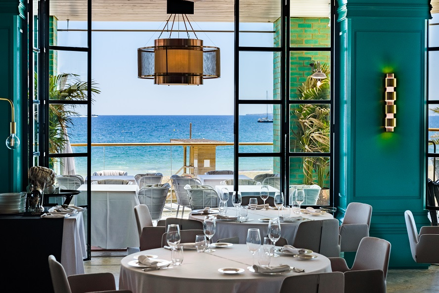 Restaurante Tatel Ibiza . Interiorismo del Studio Ilmio Design Silla Altea INCLASS