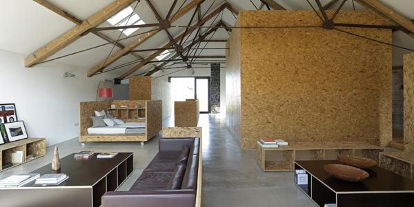 Paredes y diseño de muebles en tablero OSB. Carl Turner Architects