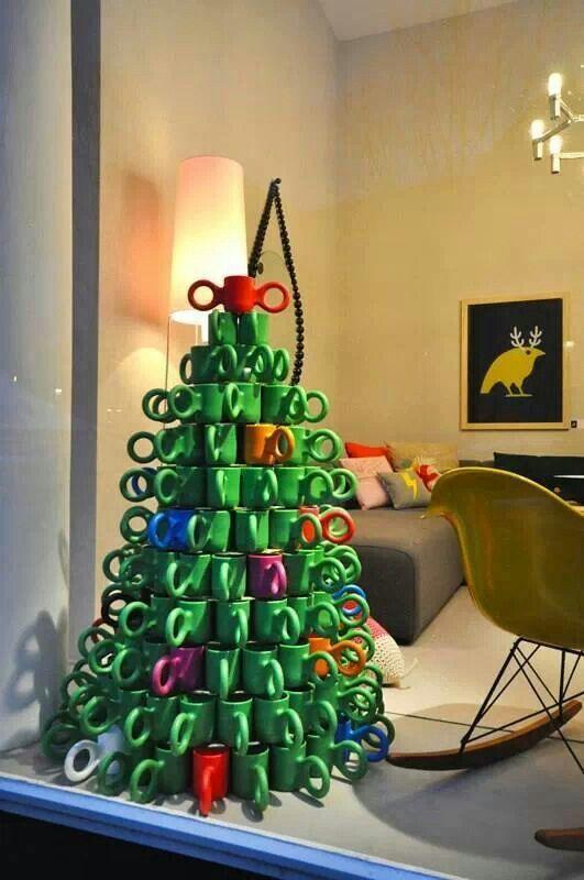 arbol de navidad original adornos de navidad originales. Arbol de Navidad hecho con tazas.