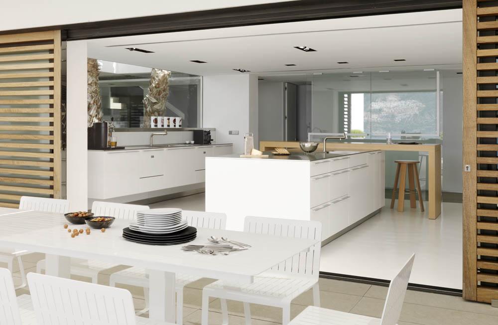 cocina en isla con mesa madera Susanna Cots