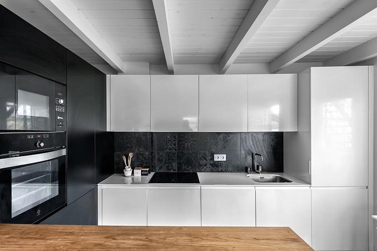 Renovar cocina sin obras . cocinas negras. pared de pizarra. aedificare foto david montero