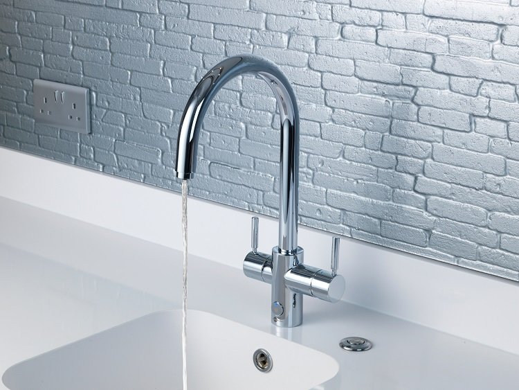 consejos para ahorrar agua en la cocina. Grifo de agua caliente insinkerator