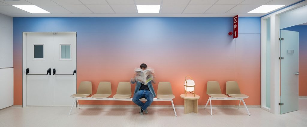 diseño clinica oncologica en Manresa diseño Rai Pinto y Arauna Studio. Sala de espera