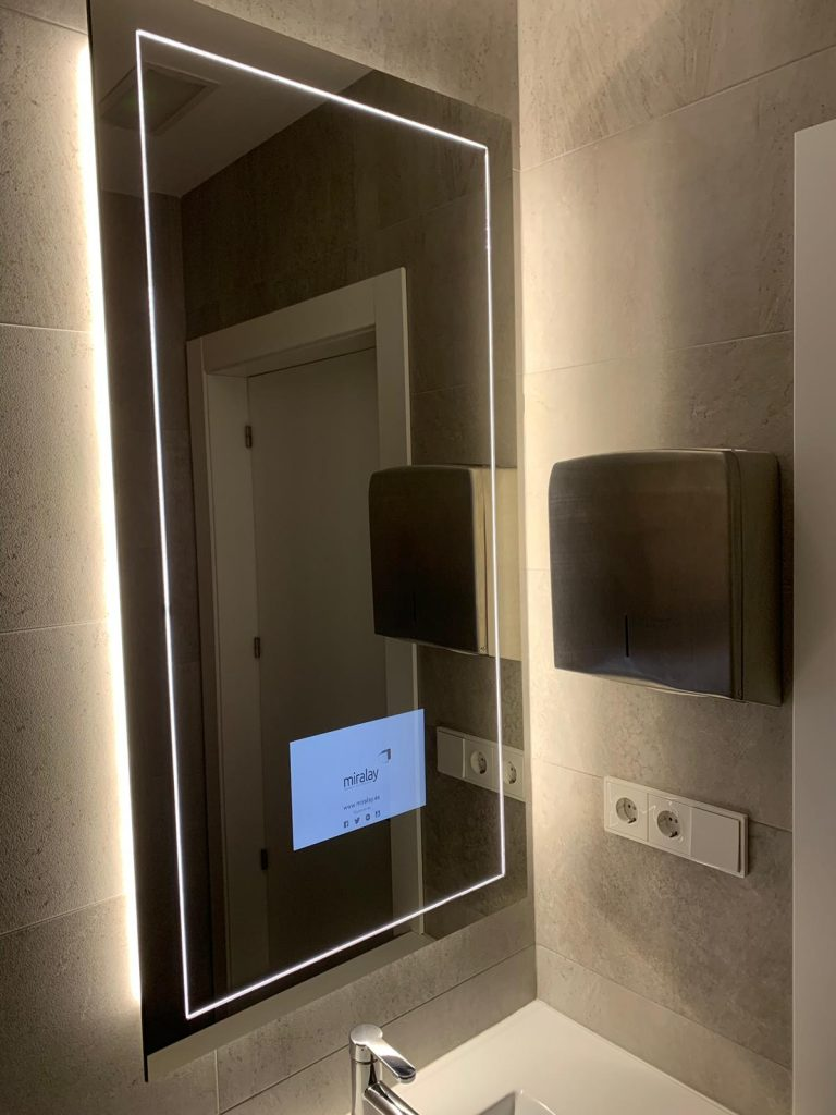 espejo tv baños de hoteles Miralay. TV mirror. espejos con television integrada