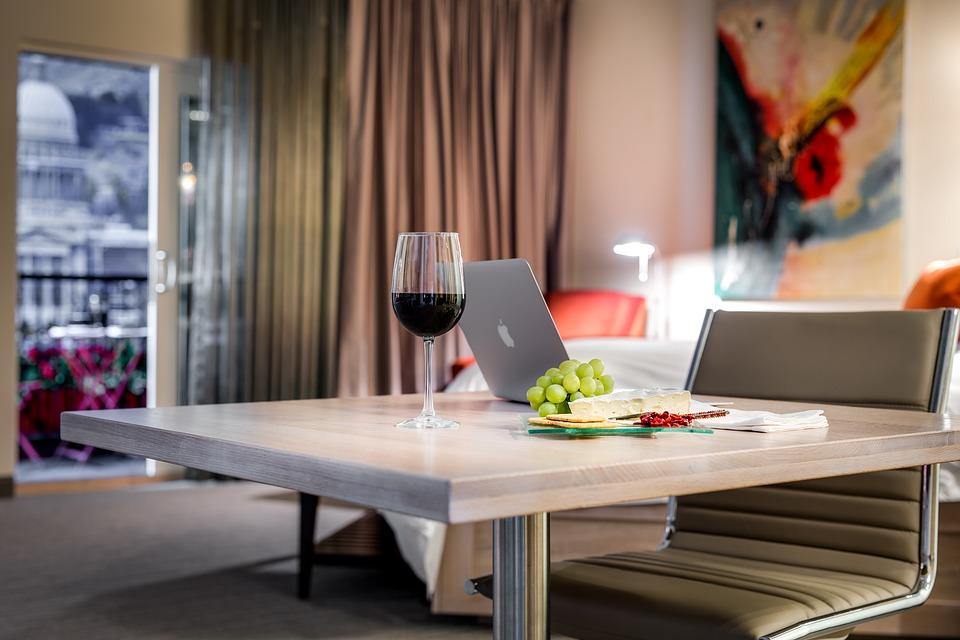 Hotel del futuro. Gadgets tecnologicos. Miralay espejo TV . Foto: Pixabay