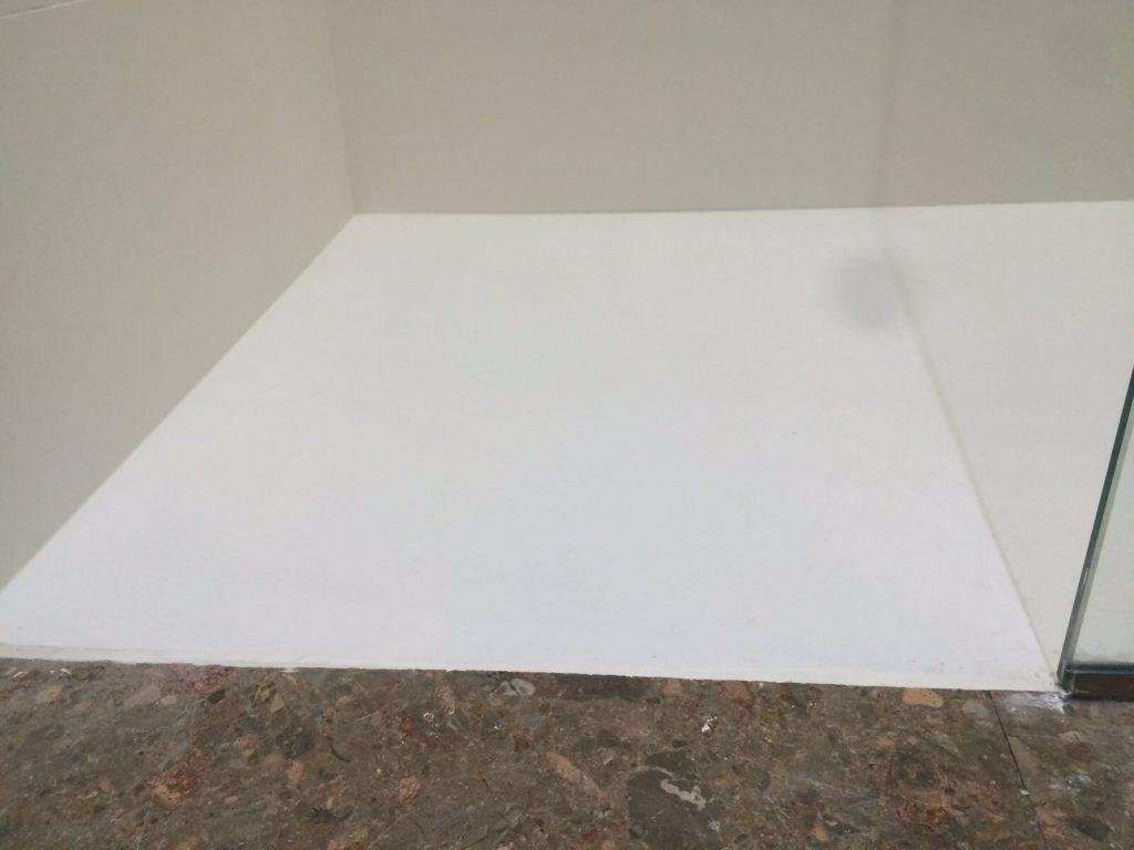 junta entre pavimento y plato de ducha