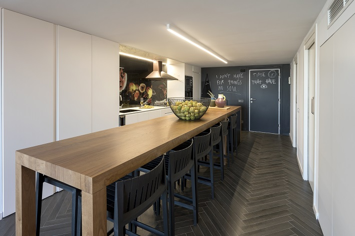 loft en Valencia para un single. Tiovivo Creativo estudio interiorismo . cocina con pared de pizarra