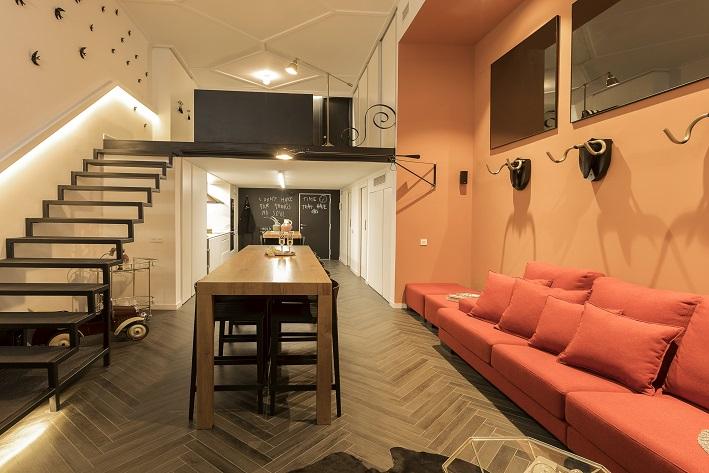 loft en Valencia para un single. Tiovivo Creativo estudio interiorismo . Dormitorio altillo Rayas blancas y negras