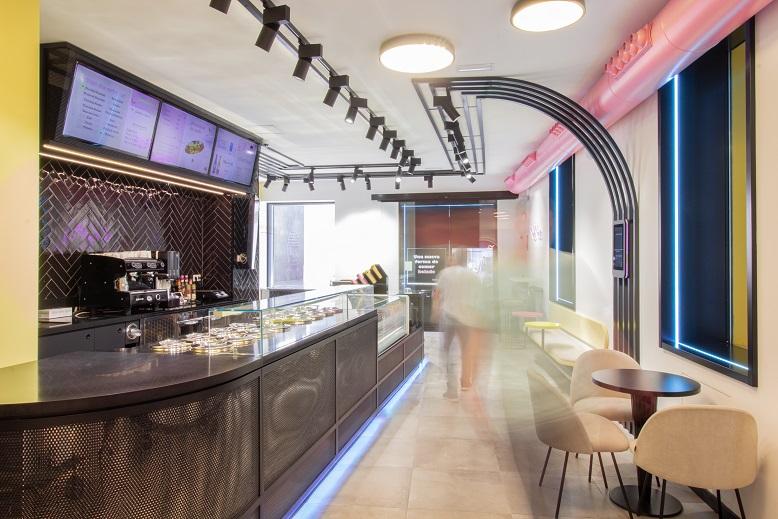 nueva heladería en Valencia Pops´n Bobs de Estudio Huuun. barra metal perforado negro