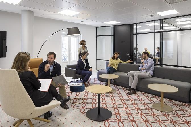 nuevas oficinas sostenibles INTU en el Paseo de la Castellana de Madrid entrada. Sillones Dunas Xl Inclass