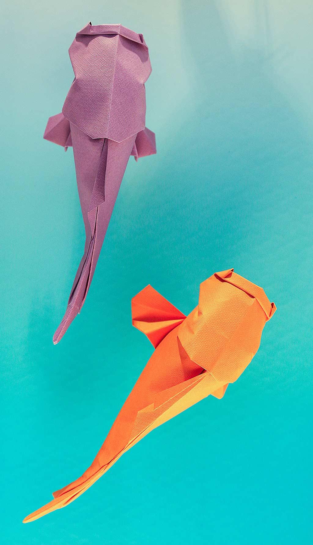 Decoración con carpas de origami en los escaparates de la  firma lladró