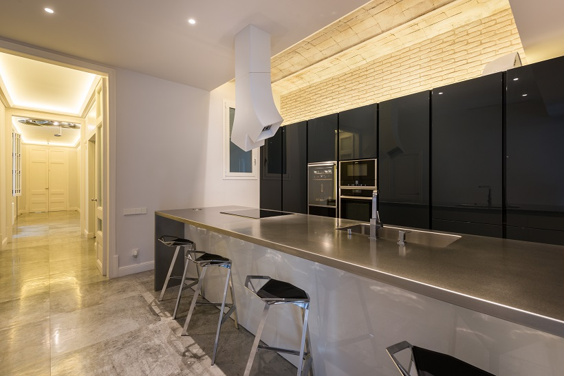 piso Ensanche Barcelona diseño de SINCRO. Cocina en península. Campana Elica