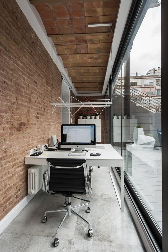 piso Ensanche Barcelona diseño de SINCRO. Zona de trabajo en casa. Muro de ladrillo visto y boveda de cerámica catalana