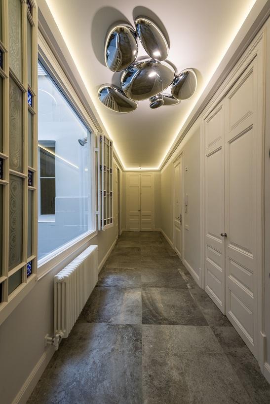piso Ensanche Barcelona diseño de SINCRO. pasillo. diseño puertas lacadas lampara skydro de Artemide
