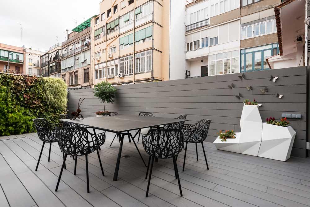 piso Ensanche Barcelona diseño de SINCRO. terraza chill out. macetero vondom. jardín vertical