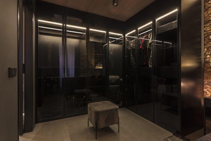 rehabilitacion en el Born Barcelona . Setrabe Arquitectura Vestidor negro