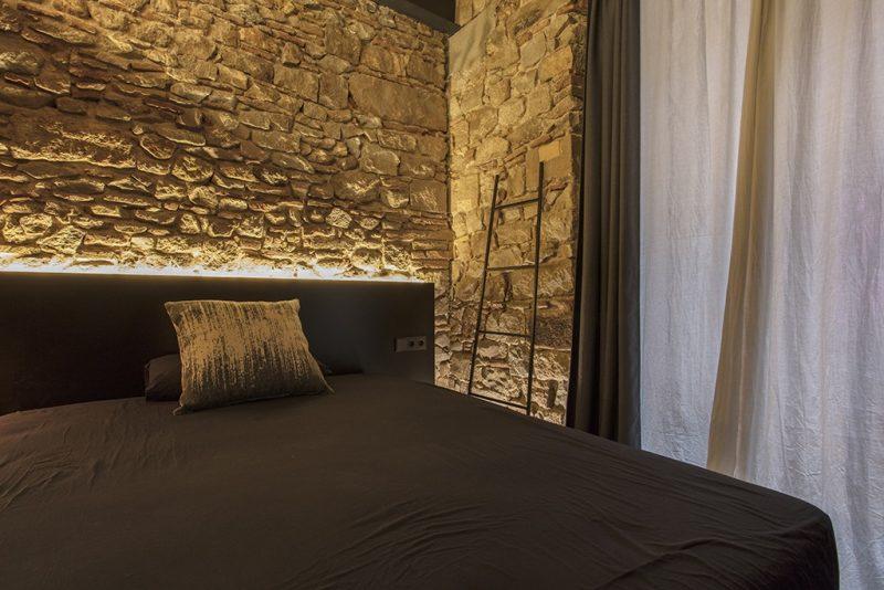 rehabilitacion en el Born Barcelona . Setrabe Arquitectura . Dormitorio pared de piedra