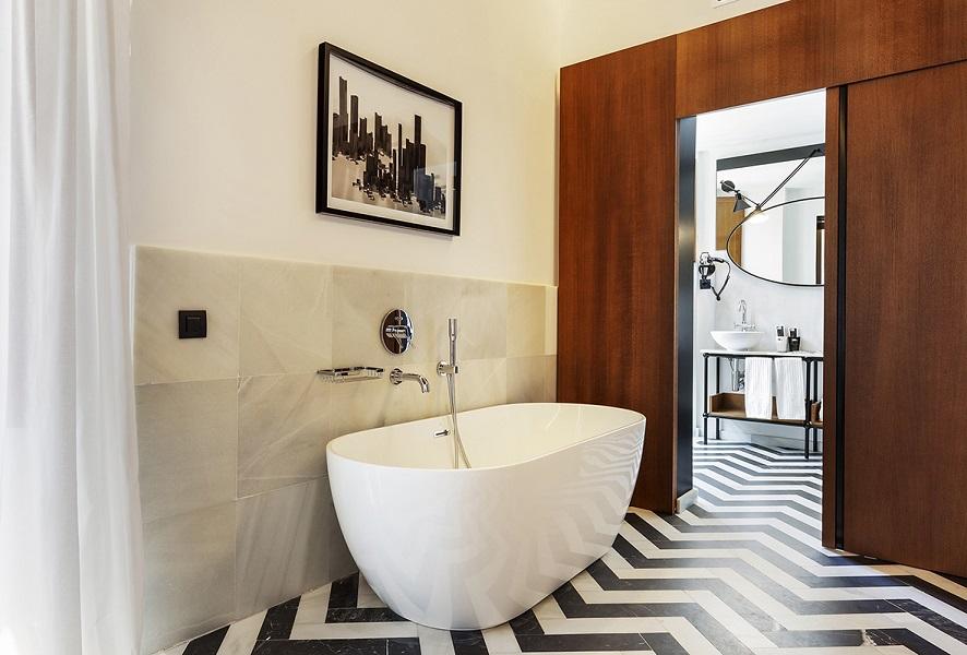 restauracion Hotel One Shot Palacio Conde de Torrejon Sevilla by Alfaro Manrique Atelier baño marmol espiga blanco y negro