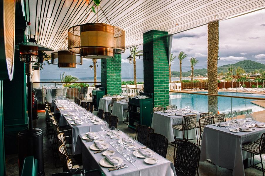 restaurante Tatel Ibiza . Interiorismo Ilmio. design. Andrea Spada Michele Corbani. Terraza al mar jpg