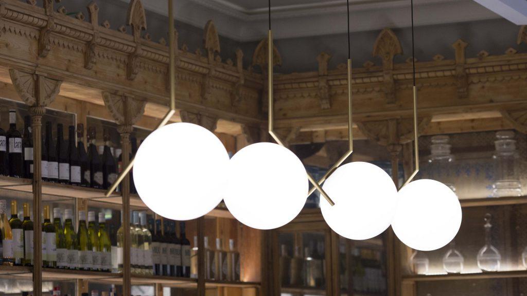 restaurante we bistrot Barcelona. detalle iluminacion barra lampara FLOS
