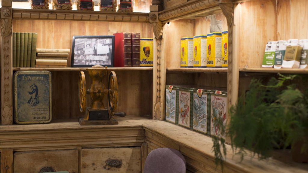 restaurante we bistrot Barcelona .detalle estanteria madera tratamiento envejecido